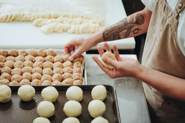 一顆完美的蛋黃酥是如何製成的?